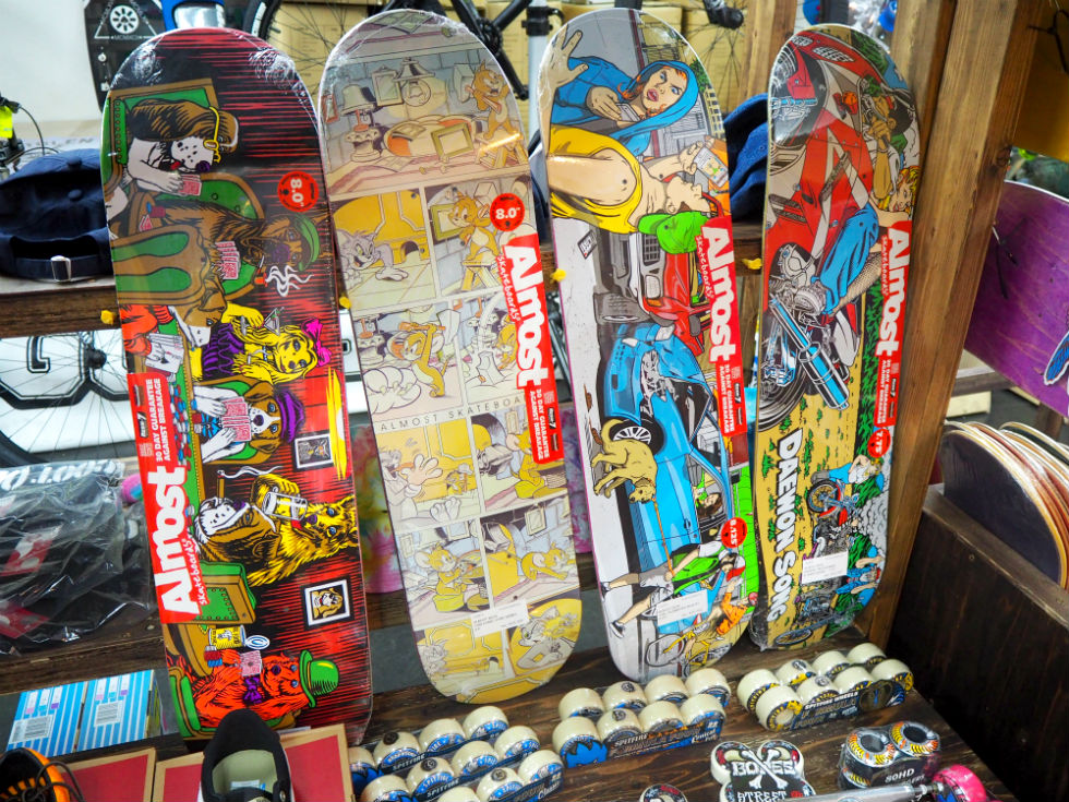 注目の若手スケーターで構成されたAlmost Skateboards